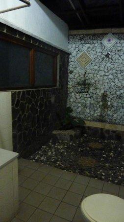 Bali Taman Beach Resort & Spa: salle d'eau