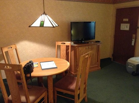 Embassy Suites by Hilton Omaha - Downtown/Old Market: TV in living area