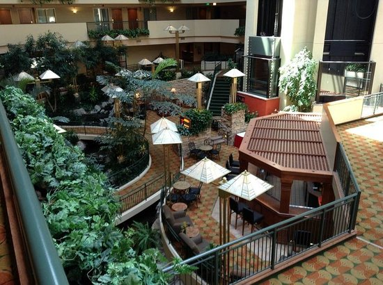 Embassy Suites by Hilton Omaha - Downtown/Old Market: Inner courtyard