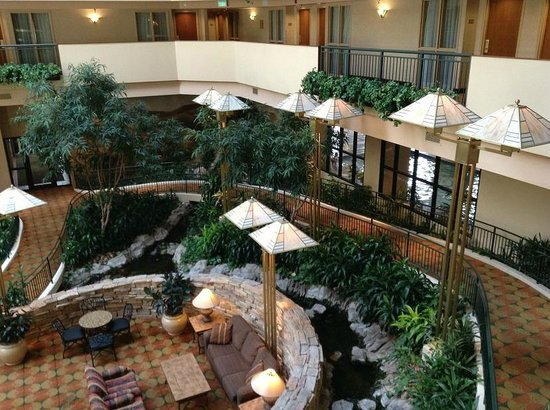 Embassy Suites by Hilton Omaha - Downtown/Old Market : Inner courtyard