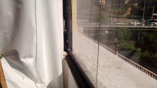 Don Miguel : Marco de ventana sucio 1 de 2