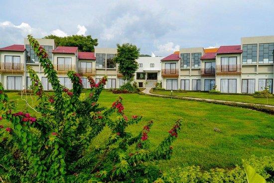 Luwansa Beach Resort: The hotel itself - view from the pool