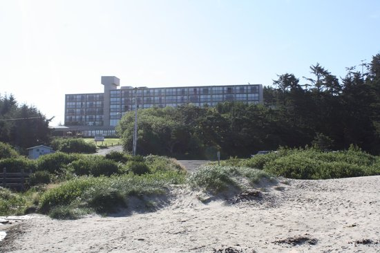 Best Western Agate Beach Inn: Best Western from beach