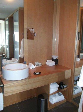 Hotel Le Germain Maple Leaf Square: bathroom