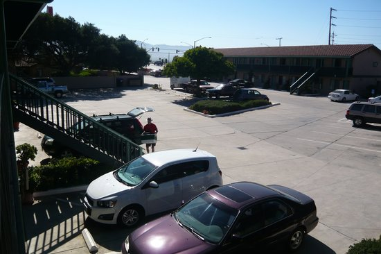 Soledad Motel 8: Courtyard, with highway ramp in background
