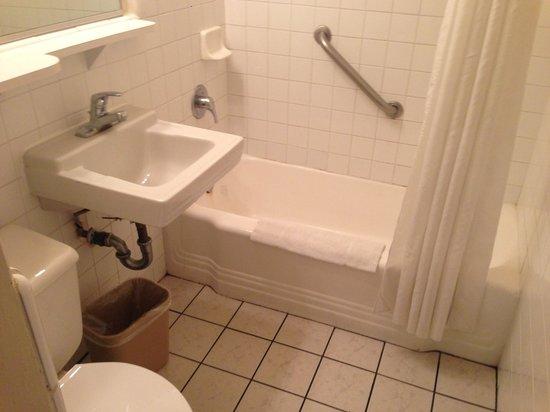 Mission Valley Resort: Bathroom