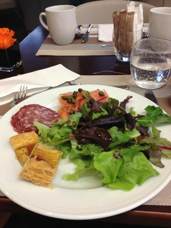 Paris Marriott Charles de Gaulle Airport Hotel : I've never had salad for bfast before - loved it!