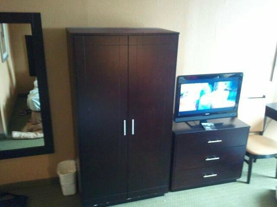 Comfort Inn Gold Coast: The closet and TV.