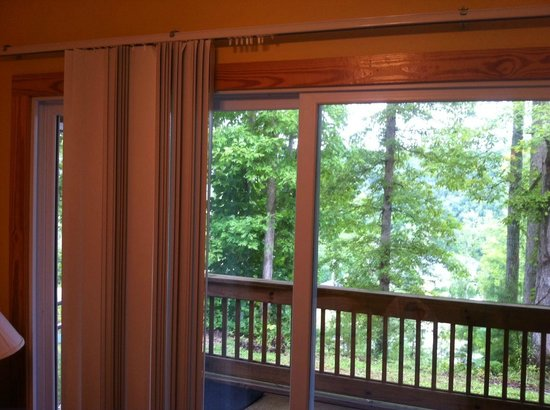Lake Cumberland Resort: broken blind