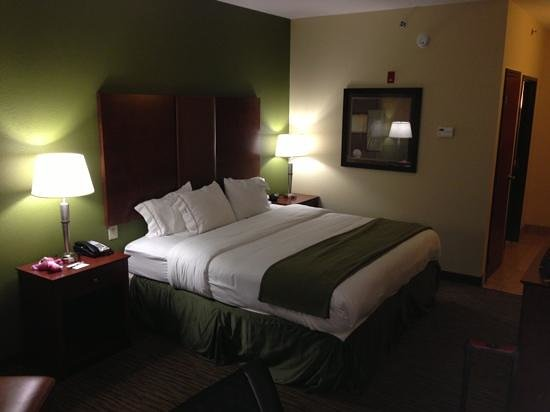 Holiday Inn Express and Suites Wytheville: king room