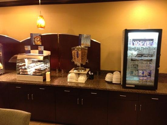 Holiday Inn Express and Suites Wytheville: breakfast area