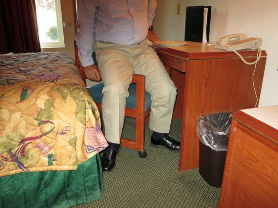 GuestHouse Inn Yakima : shows the only way to use desk chair