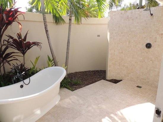 Jumby Bay, A Rosewood Resort: Loved our outdoor shower!