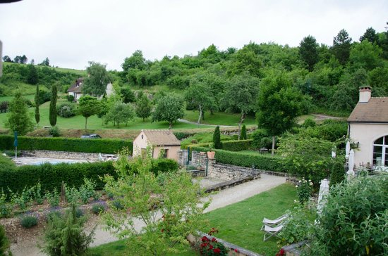 Domaine de la Combotte : The view from our room, pool on the left, parking lot behind it