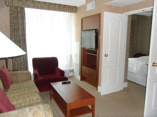 Sheraton Suites Calgary Eau Claire: Living room suite