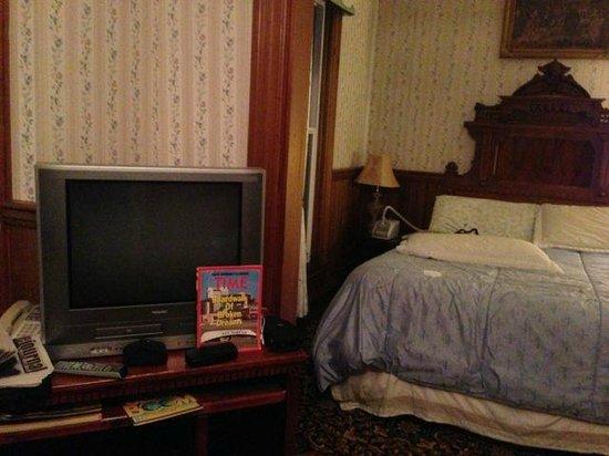 Eagle House Victorian Inn: 1980s Time magazine+VHS TV