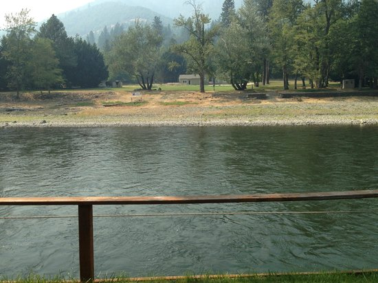 Bella Rosa Inn: The dock on the Rogue River.