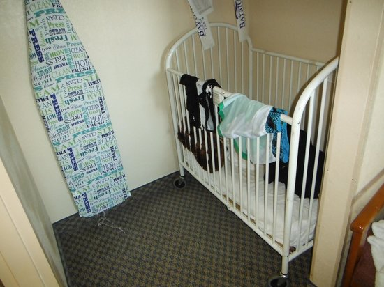Baymont Inn & Suites Florida Mall: crib in closet