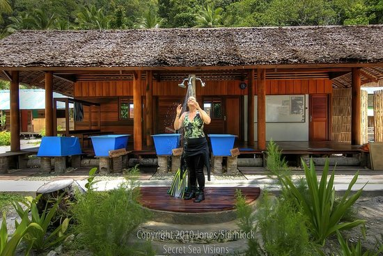 Raja Ampat Dive Lodge: shower area