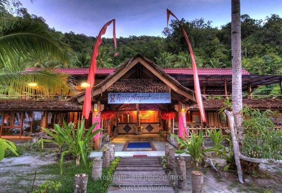 ราชา อัมปัต ไดฟ์ ลอดจ์: the lodge from front