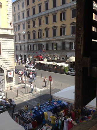 Marconi: вид из окна на улицу и рынок