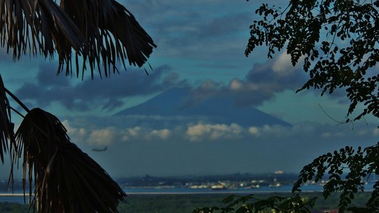 Udayana Kingfisher Eco Lodge: View on Bali's sacred Gunung Agung in the morning