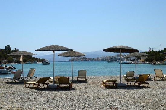 Ormos Hotel : Небольшой пляж около отеля.