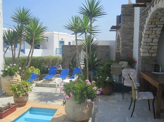 Hotel Fotilia: Espace piscine petit déjeuner