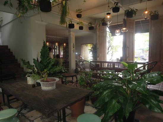 Brown Feather Hotel: Entry, lounge area