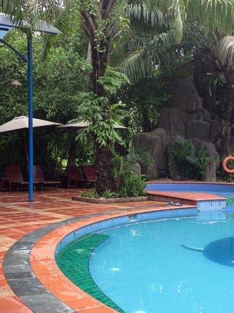 Phuong Nam Resort: pool near breakfast dinning area