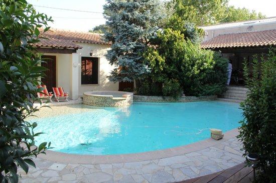 La Palmeraie : Clean pool with plenty of lounge options.