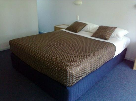 Bay Air Motel : our romm had the new bedding. looks great!