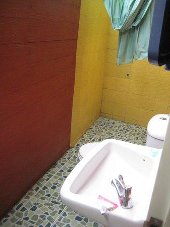 Baan Bua Homestay: bathroom