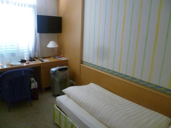 Hotel Linde: Скромная постель в скромном номере