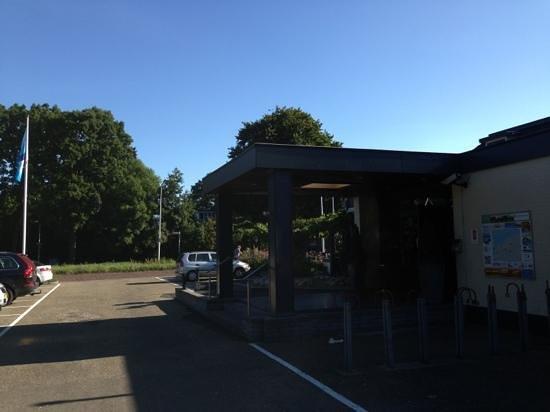 Van der Valk Hotel Hardegarijp: entree en parkeerplaats