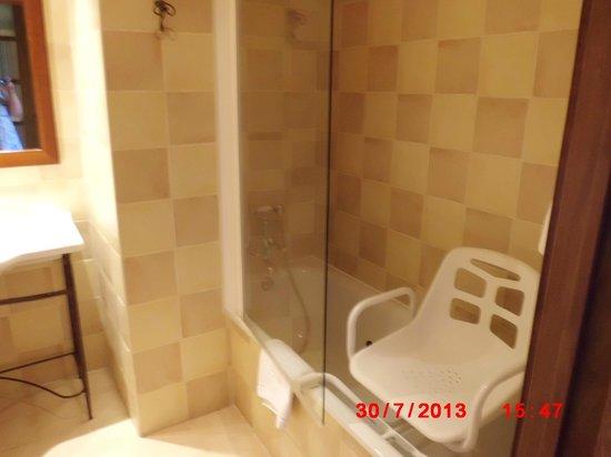 Sercotel Villa de Laguardia Hotel: baignoire avec siège de douche installé à la demande