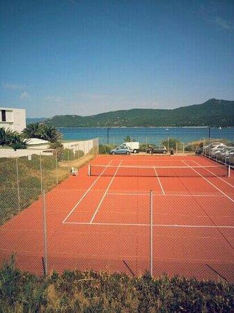 Vue sur l 39 hoteldu bateau promende et visite picture of for Dimension d un terrain de tennis