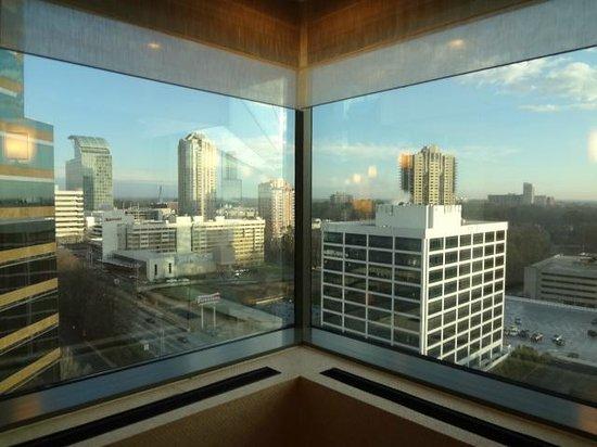 JW Marriott Atlanta Buckhead: Hallway by elevator