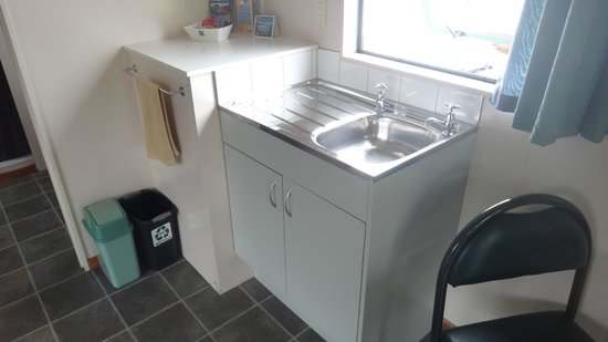 Whangarei TOP 10 Holiday Park: Basic Kitchen facilities, including a good sized fridge