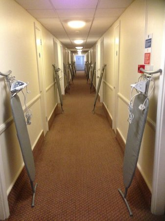 Holiday Inn Cambridge: Ironing Boards standing to attention