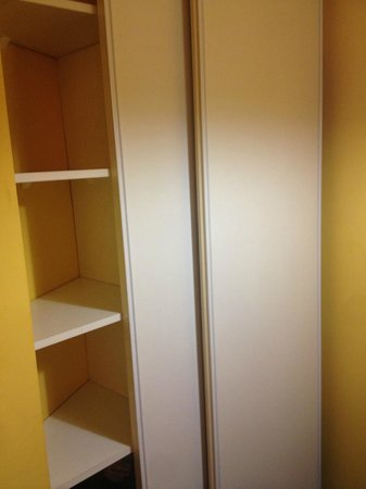Adagio Aparthotel Val d'Europe: Wardrobe door was broke