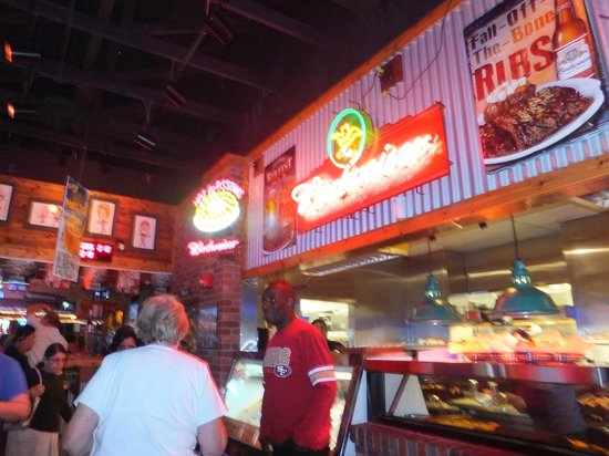 Texas Roadhouse: Lightings above bar counter