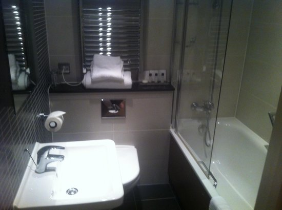 The Boleyn Hotel: Our bathroom