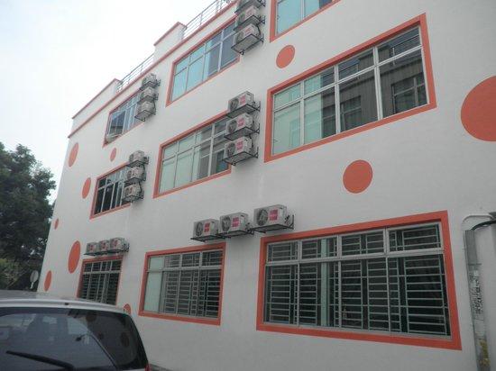 Orange Hotel: hotel side view