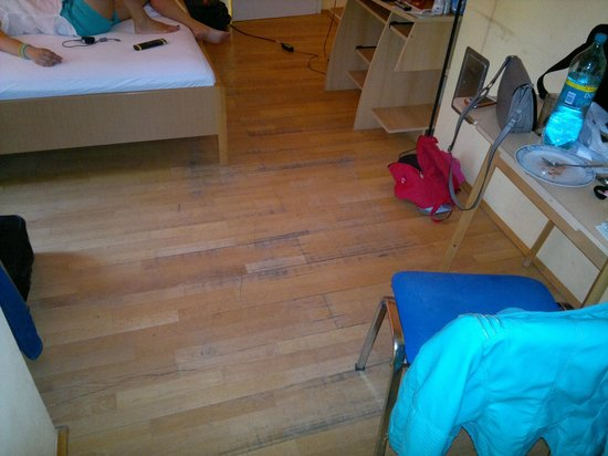 Apt Pension 700 M Zum Ring: room with old flooring