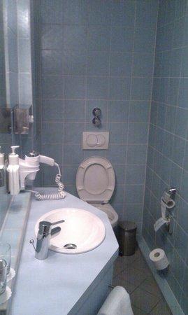 Hotel Helvetia: Baño. Muy estrecho y alargado.