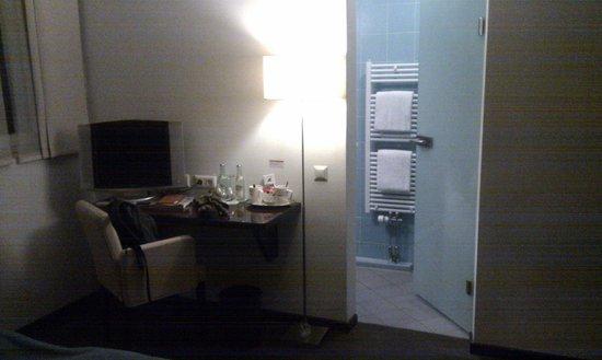 Hotel Helvetia: Habitación y baño