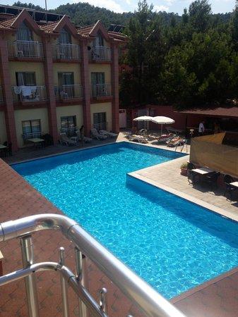 Himeros Club Hotel : Вид из окна. Если окна выходят во двор, спать вам не придется либо от орущей музыки, либо от пья