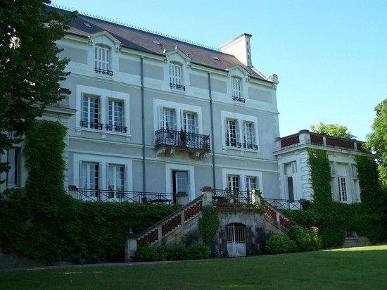 Château du Grand Bouchet : Außenansicht mit Frühstücksterrasse