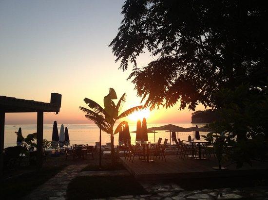 Himeros Club Hotel : Это пляж утром. Восход. Но он слишком далеко, чтобы рассвет встречали все, кто хочет.